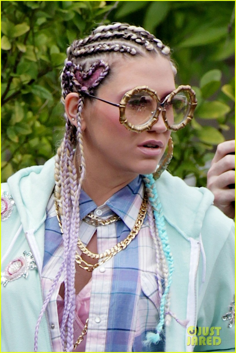 kesha-conrows-on-crazy-kids-music-video-set-03