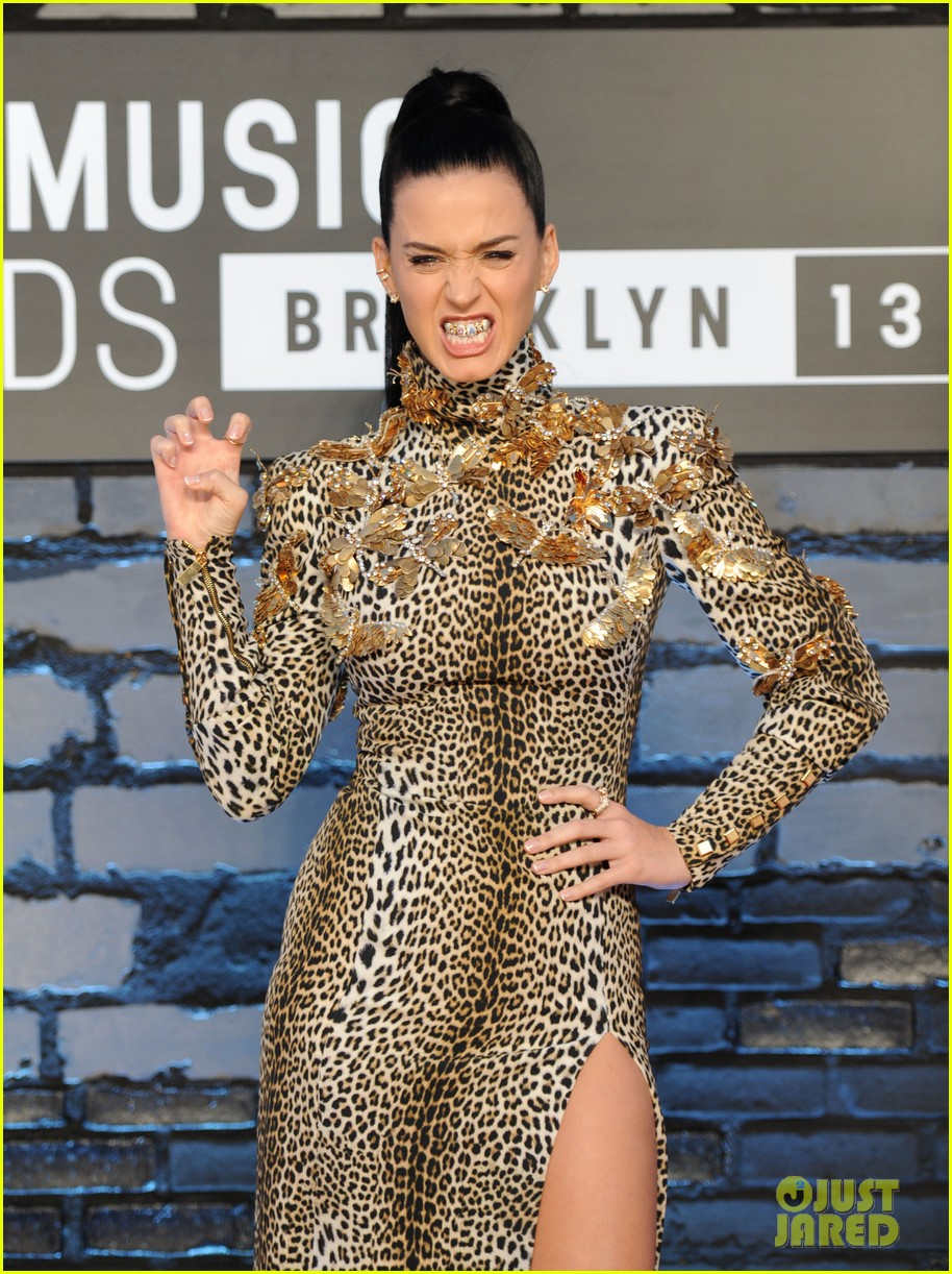 katy-perry-wears-roar-grill-at-the-mtv-vmas-2013-11