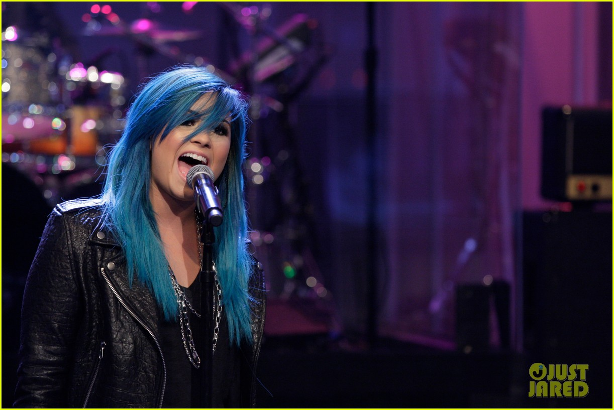 demi-lovato-debuts-new-blue-hair-for-jay-leno-performance-01