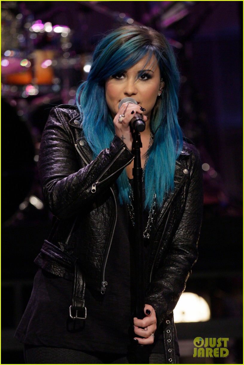 demi-lovato-debuts-new-blue-hair-for-jay-leno-performance-02