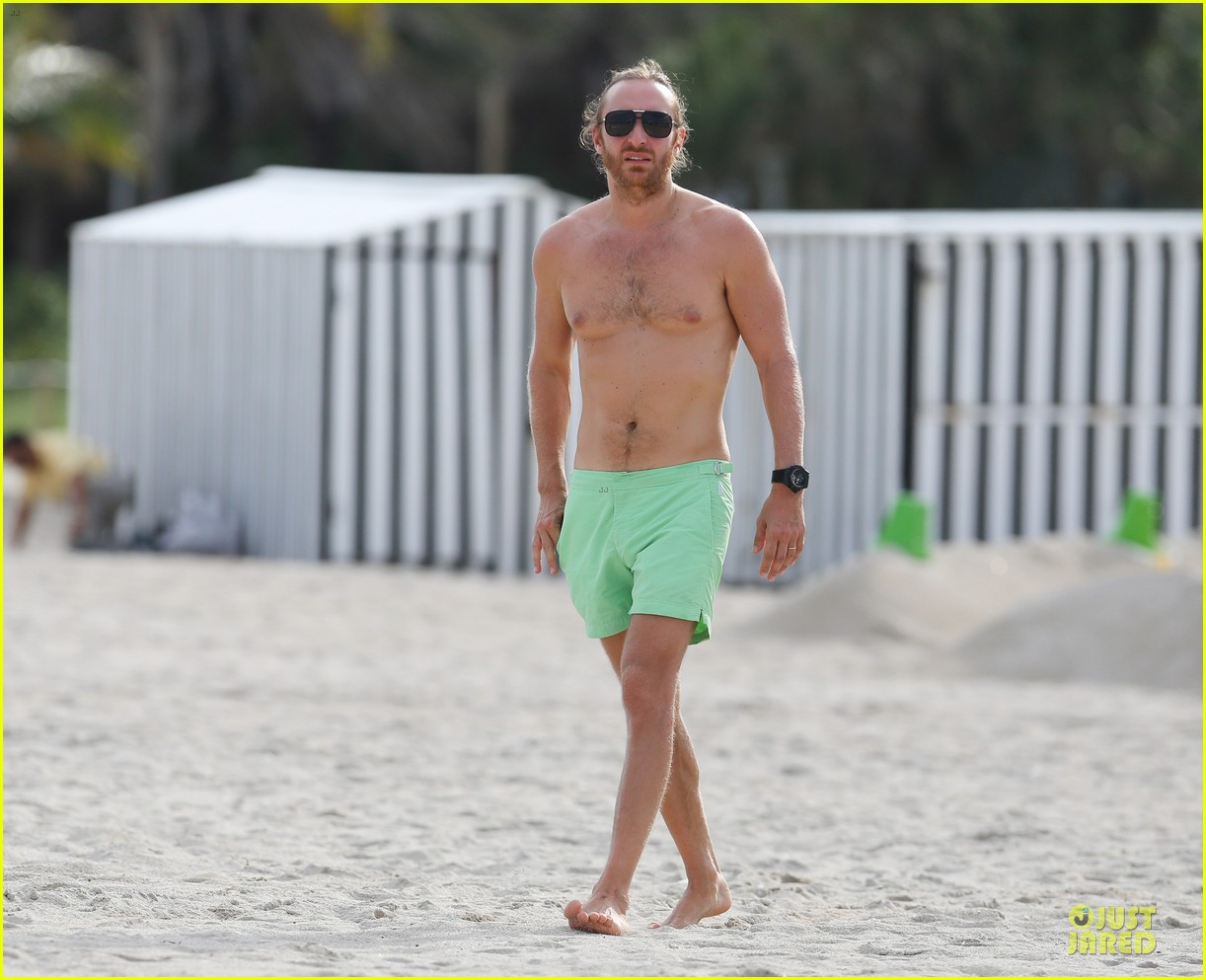 david-guetta-shirtless-beach-mystery-woman-01