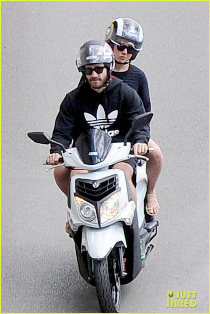 jake-gyllenhaal-goes-shirtless-during-italy-vacation-with-greta-caruso-01