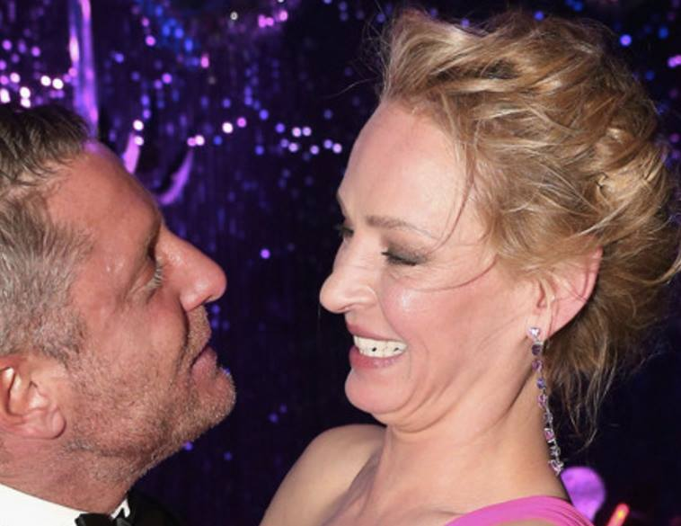uma-thurman-kissing-amfar-lapo-elkann